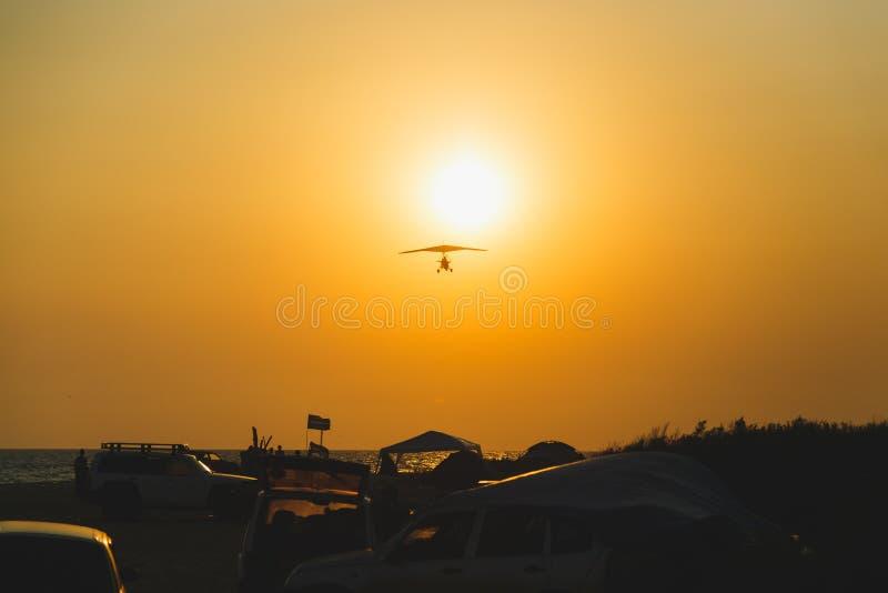 在日落的一架滑翔机 免版税图库摄影