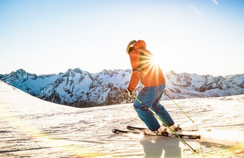 在日落的专业滑雪者运动员滑雪在法国阿尔卑斯顶部 库存照片