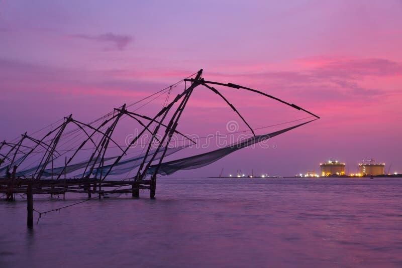 在日落的中国渔网。 高知,喀拉拉,印度 免版税库存图片