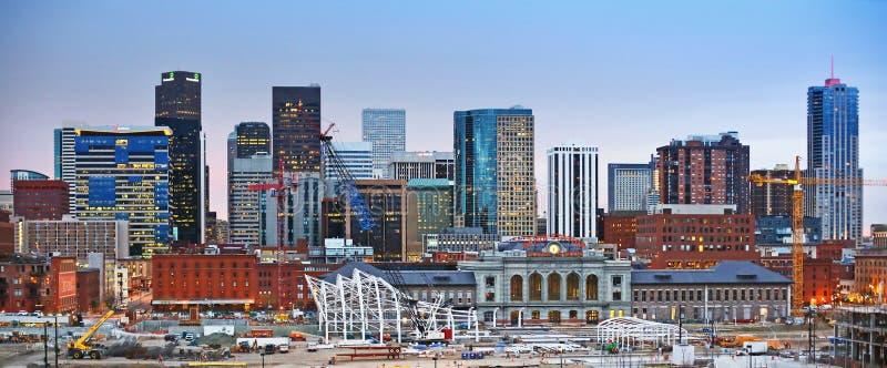 在日落的丹佛科罗拉多街市地平线 免版税库存图片