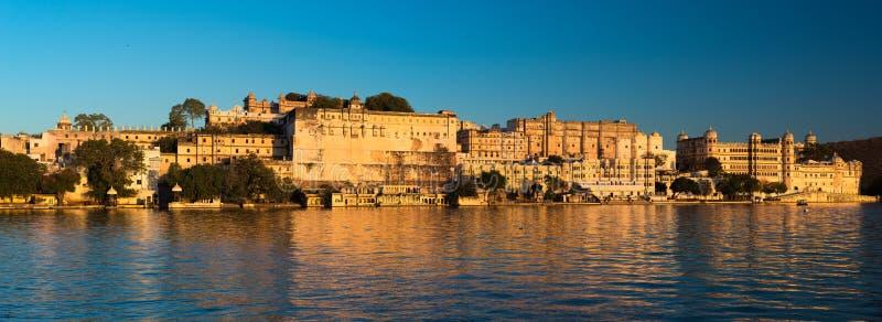 在日落的乌代浦都市风景 湖的Pichola,旅行目的地庄严城市宫殿在拉贾斯坦,印度 库存照片