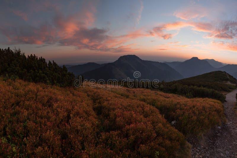 在日落的五颜六色的云彩在山上在波兰 免版税库存照片