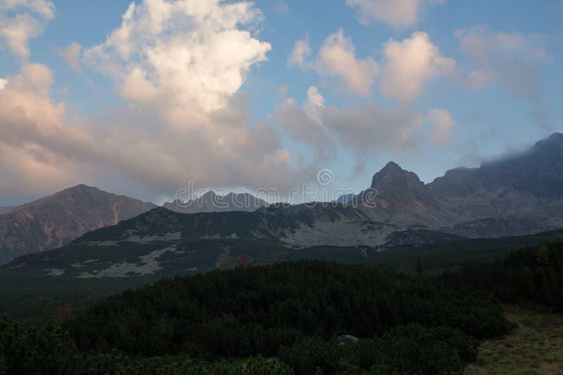 在日落的五颜六色的云彩在山上在波兰 图库摄影