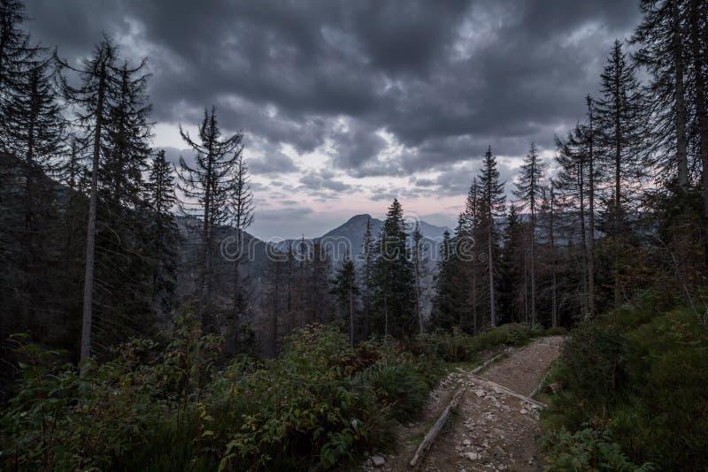 在日落的五颜六色的云彩在山上在波兰 库存照片