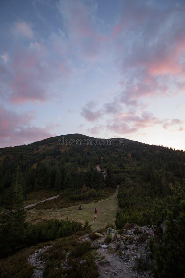 在日落的五颜六色的云彩在山上在波兰 库存图片