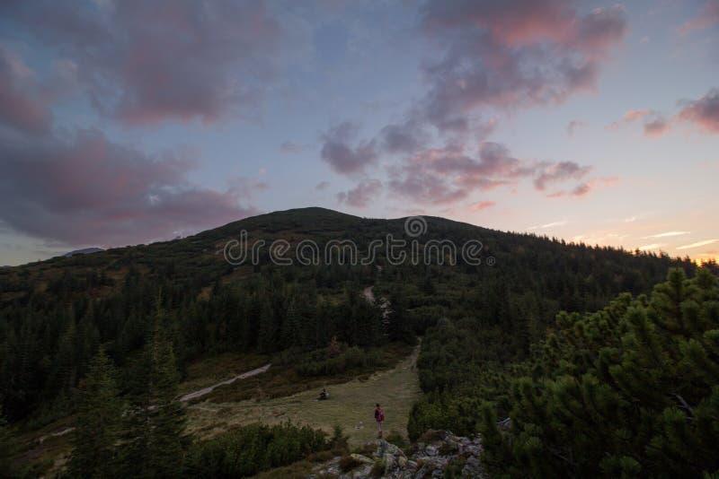 在日落的五颜六色的云彩在山上在波兰 免版税库存图片