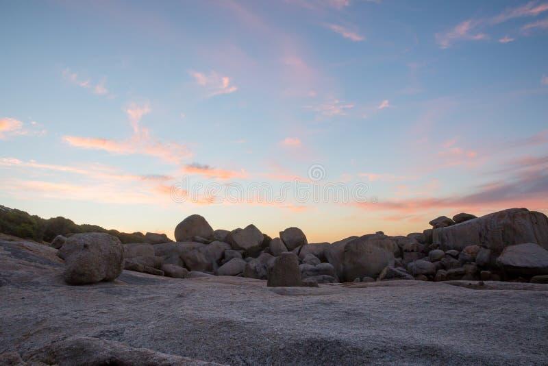 在日落的五颜六色的云彩形成 免版税图库摄影