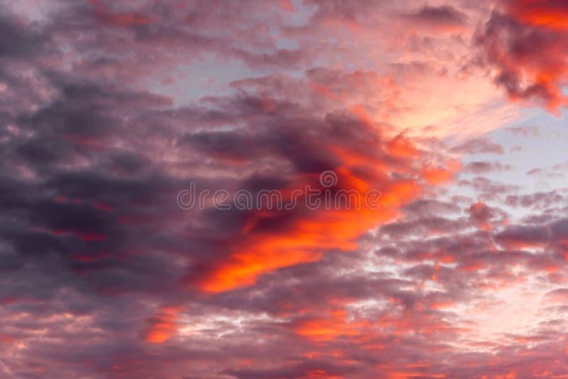在日落的五颜六色的云彩 免版税库存照片