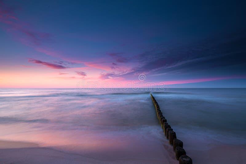 在日落的五颜六色的天空在波罗的海 图库摄影