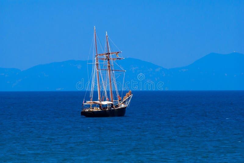 在日落的传统小船在科孚岛海岛 免版税图库摄影
