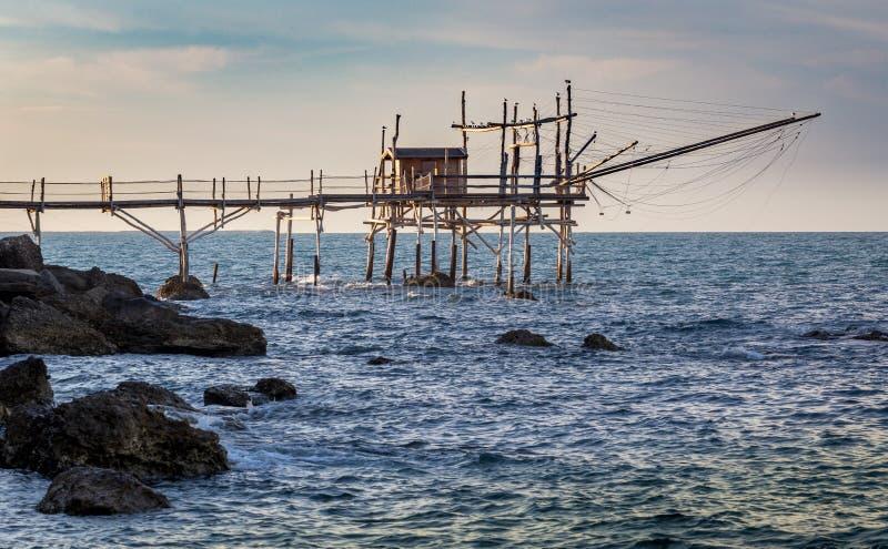 在日落的传统渔夫小屋trabocchi 库存图片