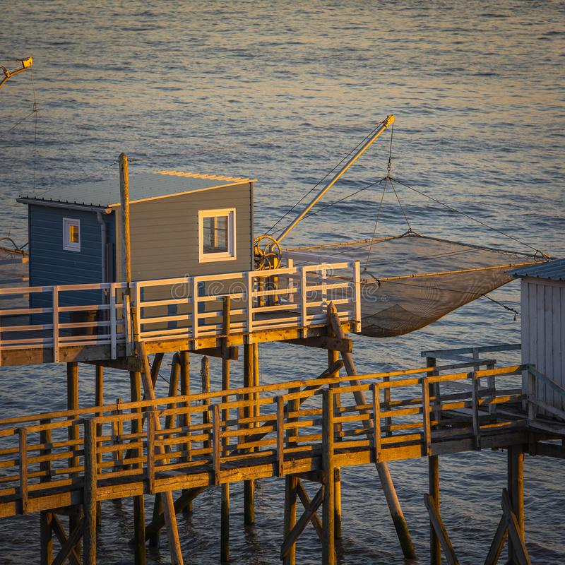 在日落的传统渔夫的小屋在法国西部的南部 库存照片