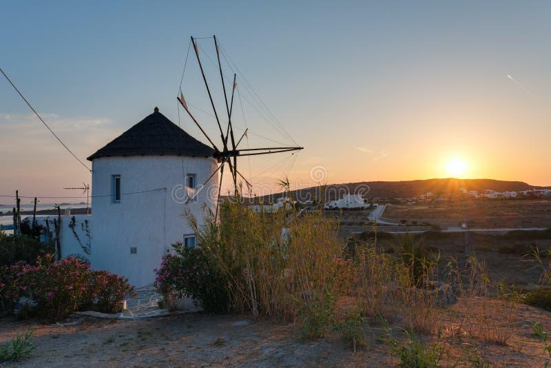 在日落的传统cycladic风车在帕罗斯岛海岛,基克拉泽斯上 库存图片