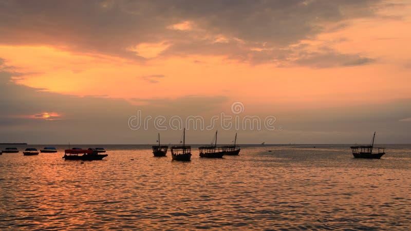 在日落的传统单桅三角帆船小船 库存照片