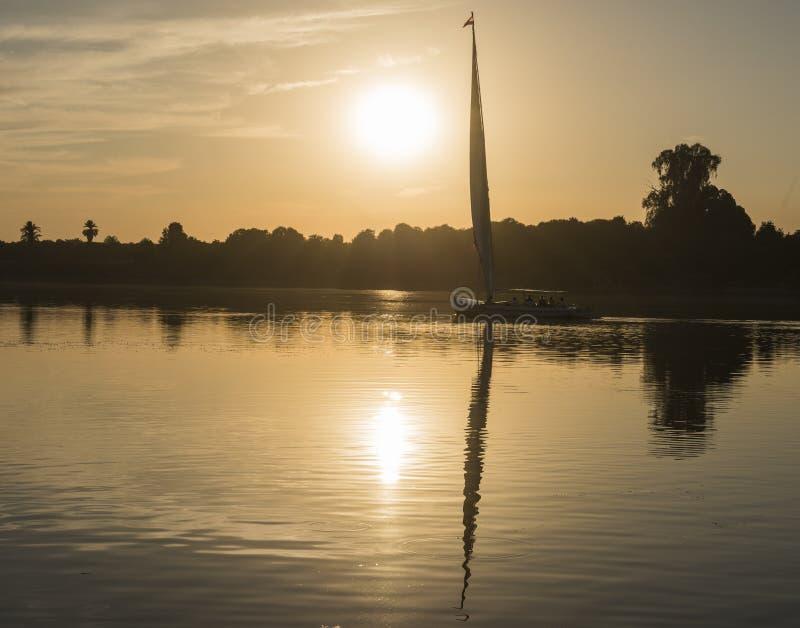 在日落的传统felluca帆船剪影 免版税库存照片