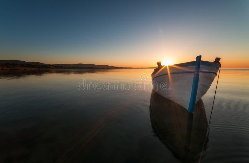在日落的偏僻的小船,在布尔加斯附近,保加利亚 库存照片