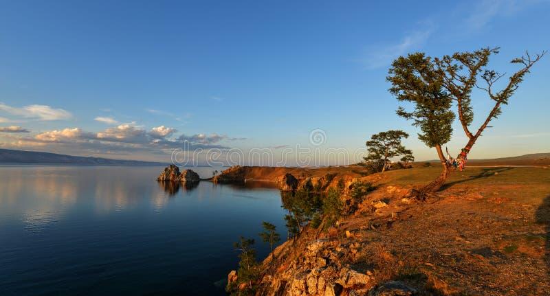 在日落的僧人岩石, Olkhon,贝加尔湖,俄罗斯海岛  库存图片