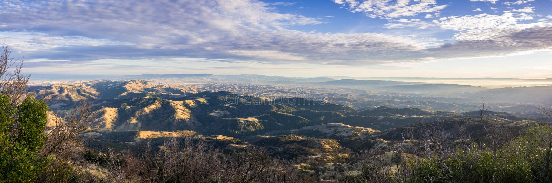 在日落的全景从Mt蝙蝠鱼、普莱、利弗摩尔和在雾盖的海湾山顶在背景中 免版税库存照片
