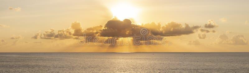 在日落的全景美丽的景色在海洋 ?olorful多云天空和落日 在巴厘语天空的多层云彩 库存照片