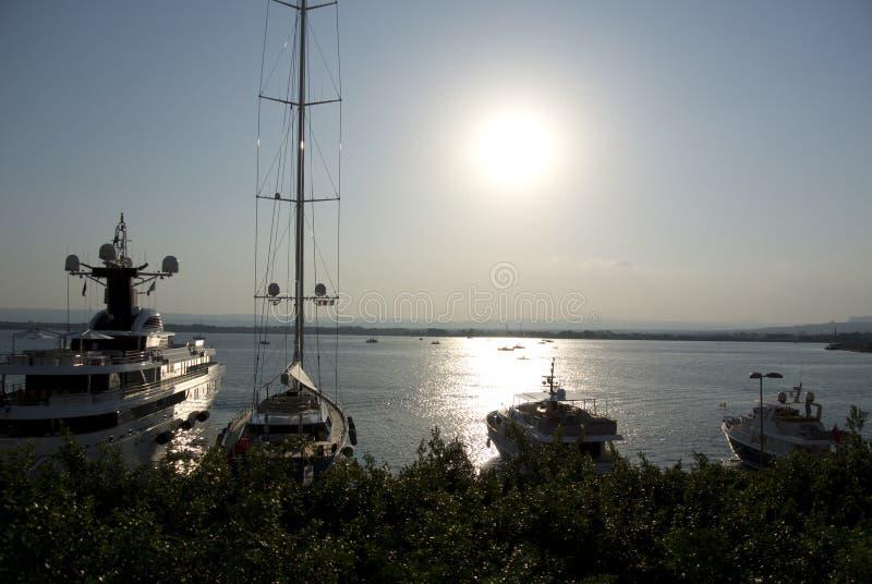 在日落的划艇(Ortigia或西勒鸠斯) 免版税库存图片
