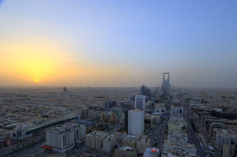 在日落的利雅得地平线,显示王国塔 库存照片