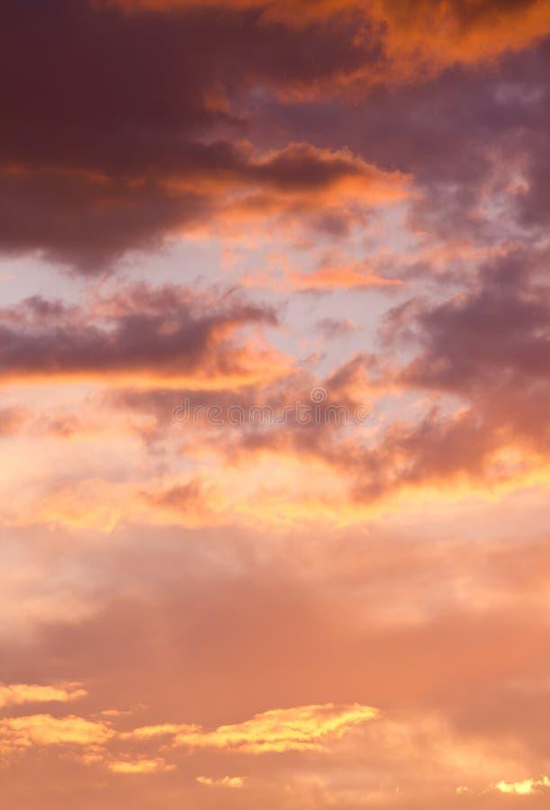 在日落的剧烈的多云天空 免版税库存照片