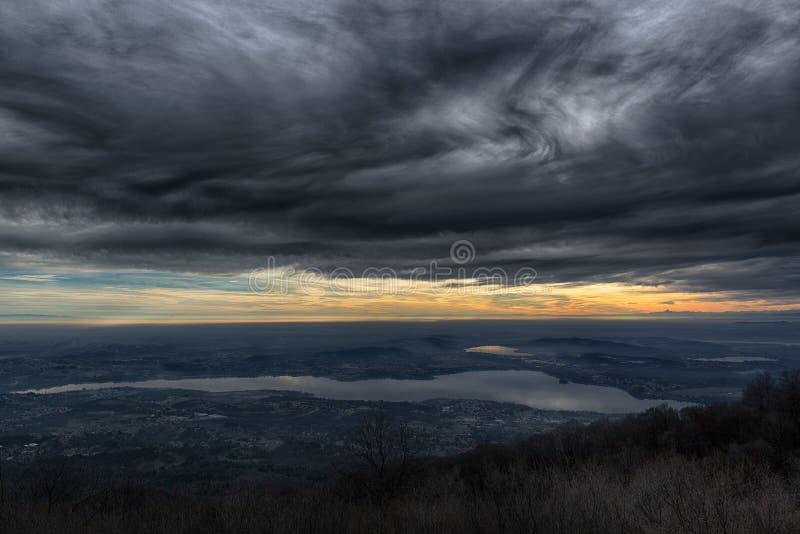 在日落的剧烈的天空 图库摄影