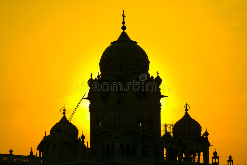 在日落的剪影寺庙 库存照片