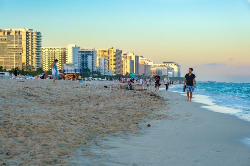 在日落的南海滩以迈阿密海滩地平线为目的 免版税库存图片