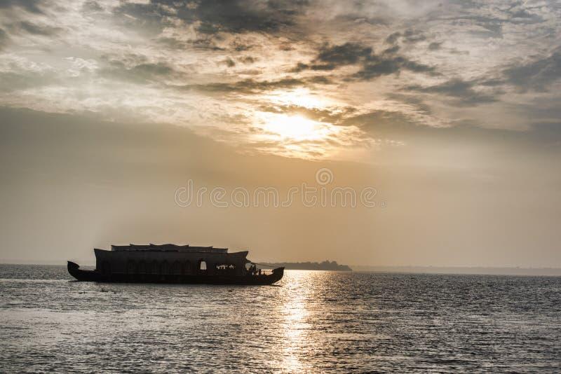 在日落的印地安游艇 图库摄影