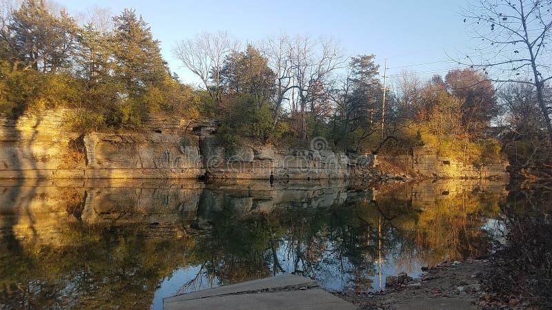 在日落的反射水池 免版税库存照片
