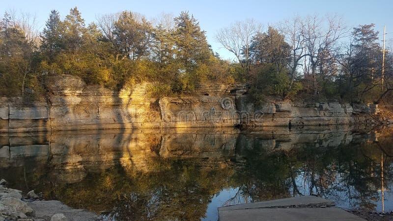 在日落的反射水池 库存图片