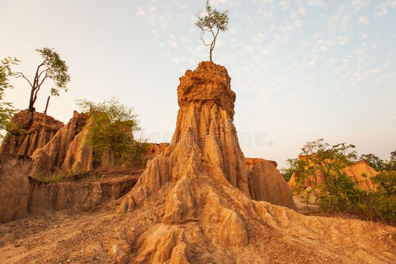 在日落的古老风景风景 圣地声浪Na Noi站点显示被腐蚀的砂岩柱子美丽如画的风景,相似 免版税库存图片