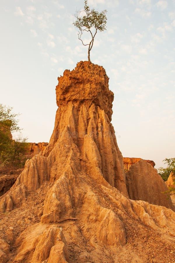 在日落的古老风景风景 圣地声浪Na Noi站点显示被腐蚀的砂岩柱子美丽如画的风景,相似 库存照片