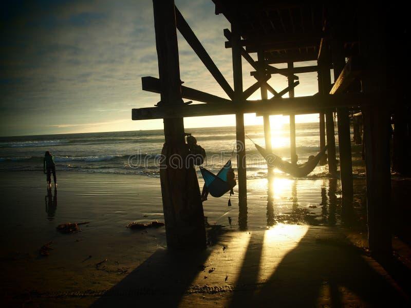 在日落的吊床在和平的海滩 免版税库存照片