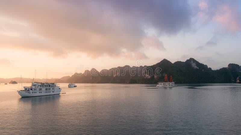 在日落的哈隆海湾在越南、南亚和旅游破烂物 o 旅行目的地和自然本底 免版税库存照片