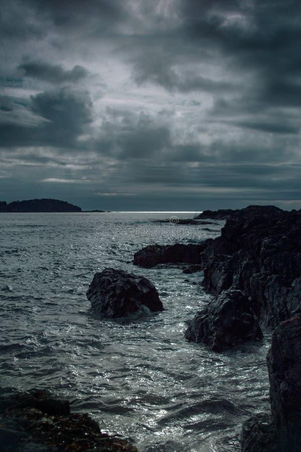 在日落的喜怒无常的海scape 免版税库存图片