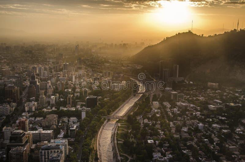 在日落的圣地亚哥de智利都市风景 免版税库存照片