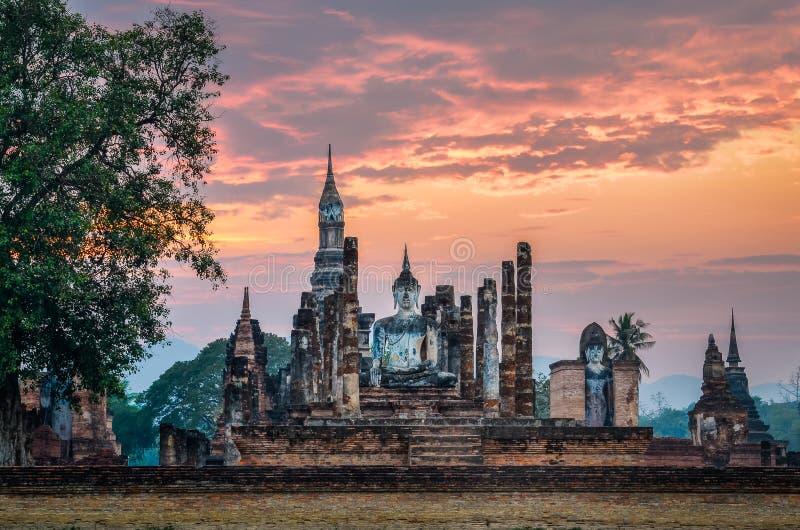 坐的Budha在Wat Mahathat, Sukhothai历史公园, Thaila 库存图片