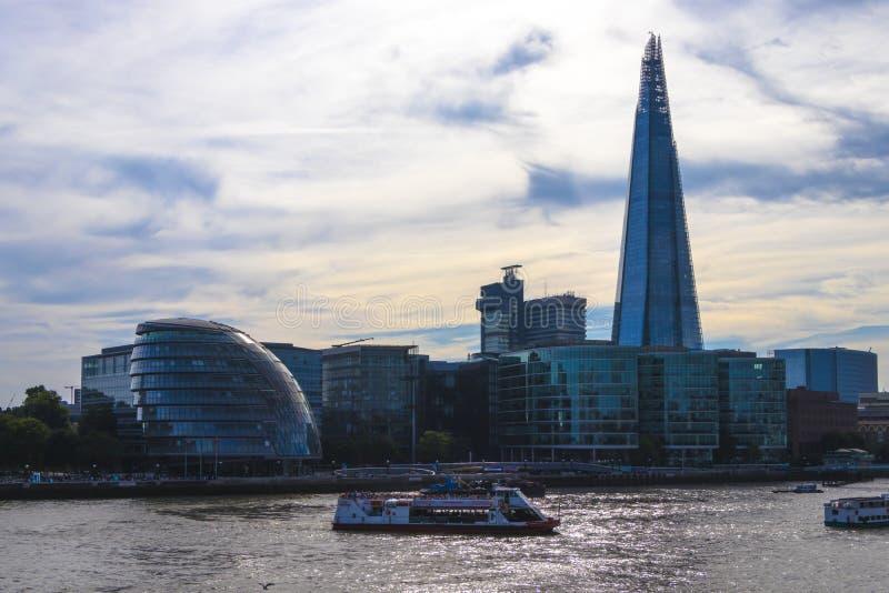 在日落的城市地平线与在泰晤士河,伦敦,英国的碎片 库存照片