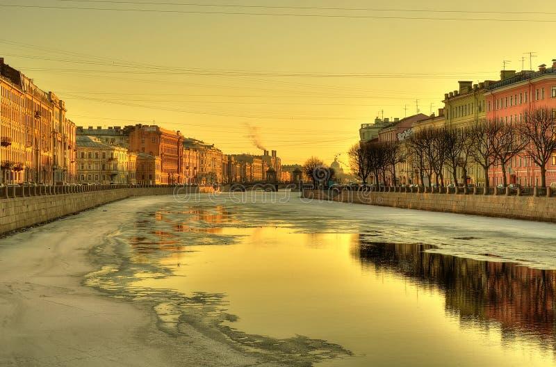Download 在日落的城市堤防 库存图片. 图片 包括有 天空, 街市, 没人, 办公室, 历史记录, 码头区, 外部 - 30331653