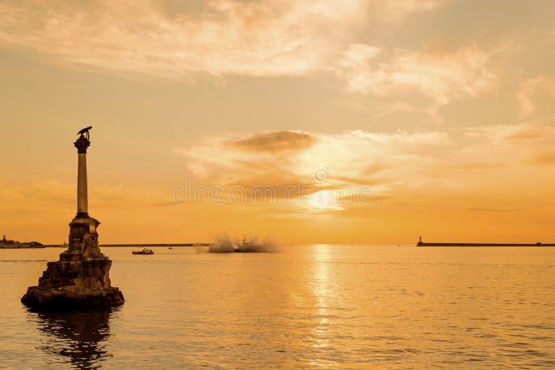 在日落的塞瓦斯托波尔海湾 免版税图库摄影