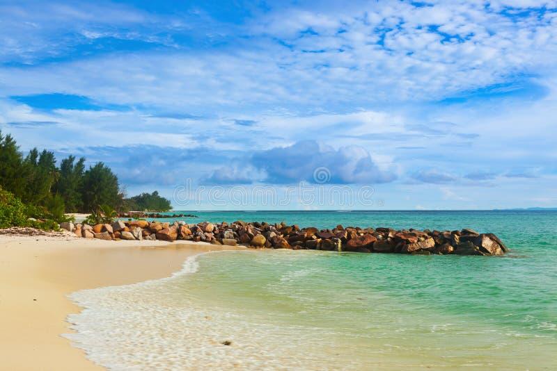 在日落的塞舌尔群岛热带海滩 库存图片