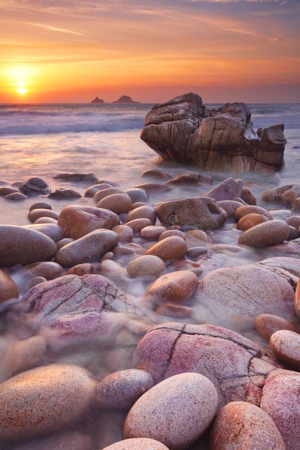 在日落的多岩石的海滩在康沃尔郡,英国 库存照片