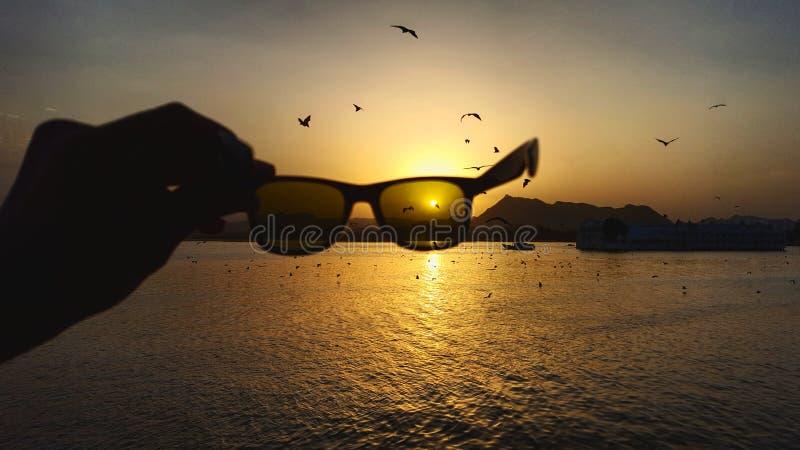 在日落的太阳镜 库存图片