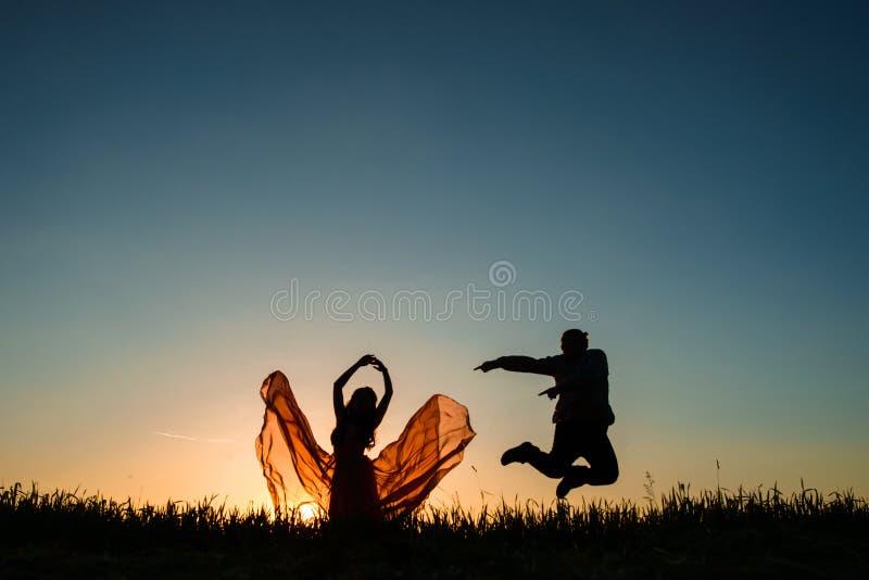 在日落的夫妇跳舞 库存照片