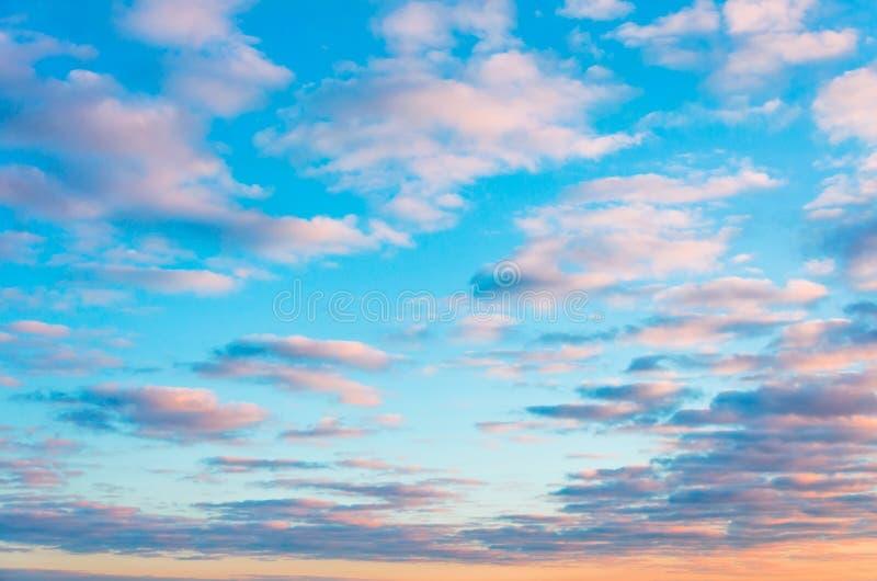 在日落的女低音积云美丽的云彩与一种神圣梯度颜色 免版税库存照片