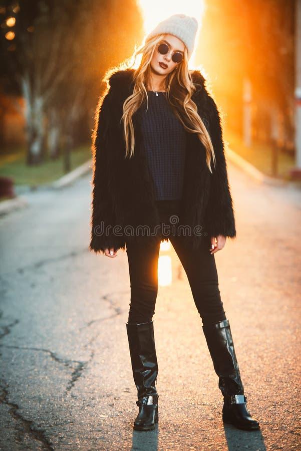 在日落的女孩 图库摄影