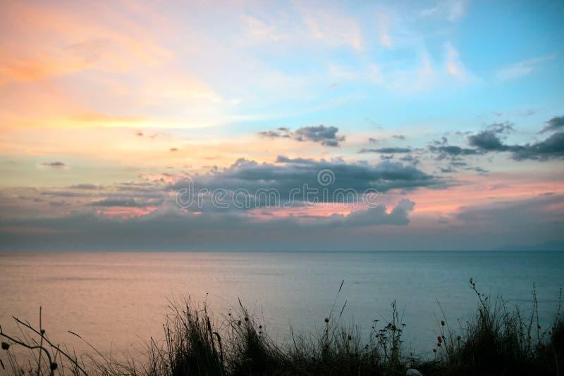 在日落的好的色的天空在海在希腊 免版税库存照片