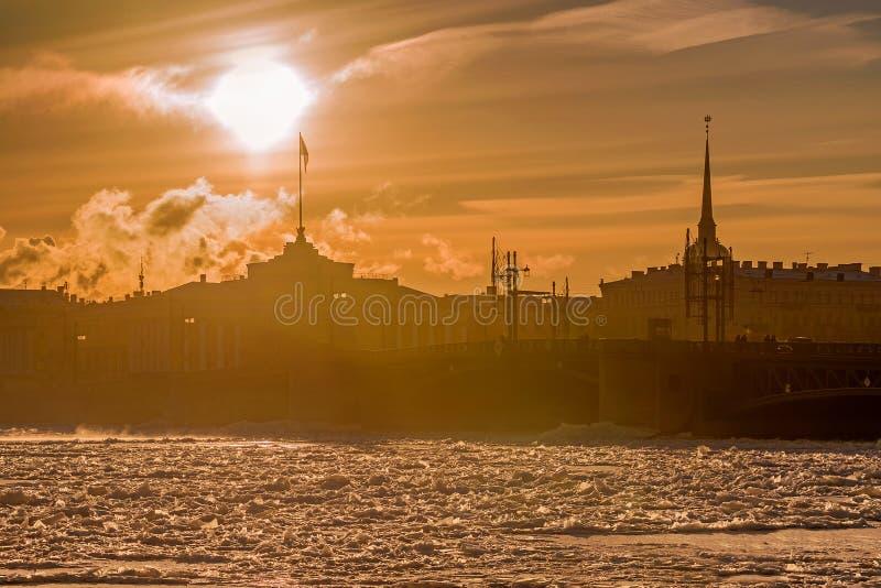 在日落的宫殿桥梁在冬天在圣彼德堡,俄罗斯 免版税库存照片